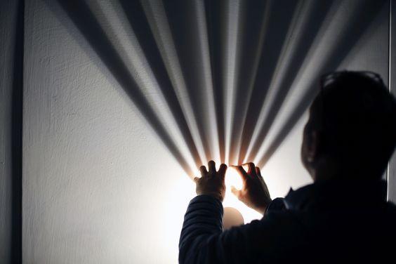 Toucher du doigt la lumière