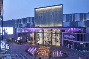 Un grande mall colorato